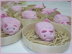 Varkens in bakje stro, of kuikentje in stro, dus klei kleuren maar weer!