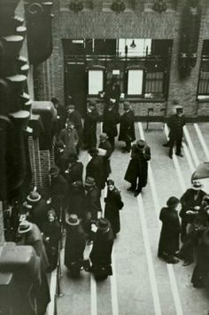Bovenaanzicht klanten in de hal van het hoofdpostkantoor in Utrecht. [1937].