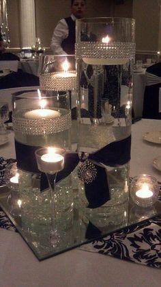 Adornos de mesa elegantes con velas y lazos