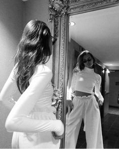 Find images and videos about girl, fashion and hair on We Heart It - the app to get lost in what you love. Black And White Photo Wall, Black N White, Black And White Pictures, Gray Aesthetic, Black And White Aesthetic, Nature Aesthetic, Ootd Instagram, Easy Style, 40s Mode