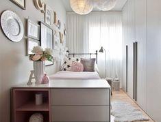 dormitorio para niños pequeños con una decoración de la pared y la cama de metal pequeña