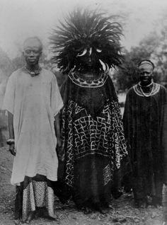 "Africa | ""Men dressed for a festival"". Cameroon. Early 20th century | © Foto: Ethnologisches Museum der Staatlichen Museen zu Berlin"