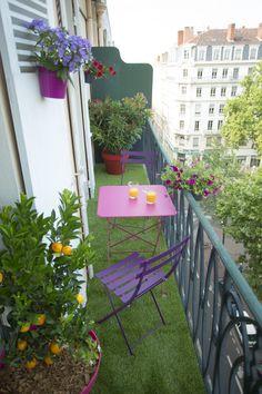 Un joli balcon décoré avec du gazon synthétique ! Comme quoi même avec très peu de place, il est possible d'aménager un coin de verdure :)