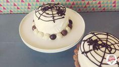 Deze taart heb ik gemaakt voor de zondag bakdag challenge van 9-10-16 het is een wolkencake gevuld met botercrème en chocolade pepernoten bedekt met rolfondant en gedecoreerd met een chocolade spinnenweb.