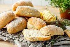 Du trenger bare 5 enkle ingredienser for å lage ciabatta: mel, gjær, vann, salt – og god tid! Her er tipsene som gjør det enkelt å lykkes. Ciabatta, Bread, Food, Breads, Bakeries, Meals
