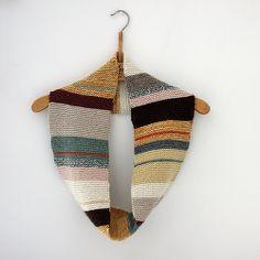 sandra juto No pattern. Looks like garter stitch. Good use of leftover yarns. Form Crochet, Knit Crochet, Crochet Stitches, Crochet Patterns, Hat Patterns, Textiles, Sewing Art, Knit Cowl, Knitting Accessories