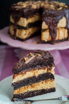 Tort Snickers Blat umed dark de cacao, mousse de caramel si unt de arahide, sos caramel. Combinatia este una deosebit de buna ;) Cake Receipe, Romanian Desserts, Pastry Cake, Food Cakes, Sweets Recipes, Something Sweet, Ice Cream Recipes, Creative Cakes, Cake Cookies