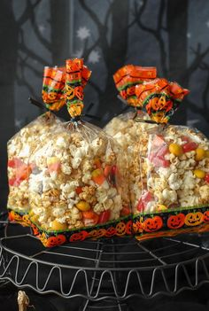 Orange-flavored Kettle Corn and Halloween Orange Kettle Corn Treat Mix Halloween Popcorn, Halloween Food For Party, Halloween Treats, Halloween Foods, Popcorn Recipes, Party Recipes, Baking Recipes, Free Recipes, Pumpkin Pudding