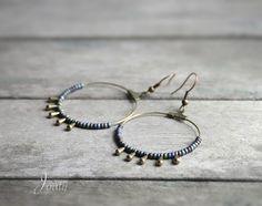 Boucles d'oreilles bohèmes, créoles bronze, rocailles rainbow et petites gouttes : Boucles d'oreille par joaty