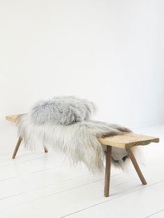 Wood and fur are a sensual combination: wooden bench with fur and cushions from … - Trends Diy Balcony Balcony Furniture, Tumblr Rooms, Diy Deck, Cushions, Pillows, Ottoman Bench, Living Room Interior, Wood Crafts, Interior Design