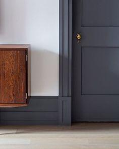 Trendy interior door colors with dark trim hallways Black Trim Interior, Interior Door Colors, Grey Interior Doors, Painted Interior Doors, Dark Doors, Grey Doors, Wood Doors, Black Baseboards, Dark Trim