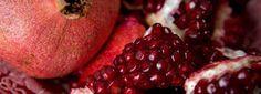 """Granaty od tysięcy lat są traktowane jak afrodyzjak. Ten """"rajski owoc"""" może być pomocny panom, którzy cierpią na zaburzenia erekcji. Według naukowców po czerwone owoce powinny sięgać także pary, które szukają nowych doznań. Granaty powodują małą eksplozję testosteronu. Wystarczy jedna szklanka soku dziennie.  więcej: http://www.solgar.pl/wiedza/mezczyzni/sposob-na-wybuchowy-seks"""