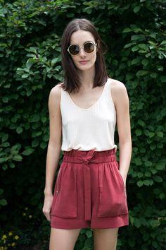 ¿NADA QUE PONERTE? El nuevo lookbook de ZARA inspira este sencillo y delicado look de shorts fluidos de tiro alto, camiseta sin tirantes y gafas de montura redonda.