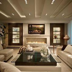 Nesse frio um espaço com lareira é sempre bem vindo!!! Em especial este projeto com cores neutras, revestimento em pedra, espaço simétrico e iluminação de cenário. Projeto Interiors by Steven G. Foto Houzz