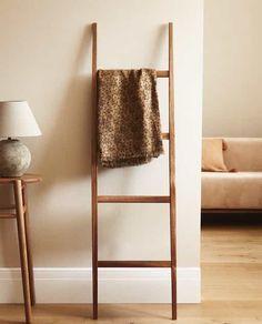 Home Living Room, Living Room Furniture, Home Furniture, Living Spaces, Wood Ladder, Ladder Decor, Zara Home Tableware, Zara Home Interiors, Zara Home Bathroom