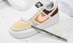 RELEASE ✂😍 Deze mysterieuze editie van de Air Force 1 verhult een kleurrijke binnenkant onder een dun laagje wit textiel. De subtiele 'Tear Here' op de neus nodigt uit om het beschermlaagje van de schoen te trekken — en daarmee komen de vele kleuren en texturen tevoorschijn. Force One, Air Force 1, Nike Air Force, Brown Texture, Textiles, Nike Af1, Kicks, Sneakers Nike, Pairs