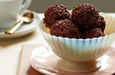 Τρουφάκια με καρύδια. Νοστιμότατα και πανεύκολα στη παρασκευή τους σπιτικά γλυκάκια-μπουκίτσες που εξαφανίζονται στη στιγμή. Μια πολύ εύκολη συνταγή, με τη