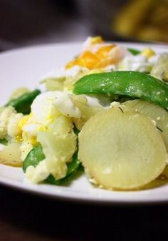 La Cucinetta: Salada quente de batata e ervilha-torta com queijo de cabra e ovo poché