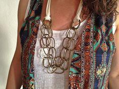 Collar corto, realizado con cintas de seda- algodón y tres vueltas de cadena acabado oro viejo. Para más información o venta, contactar: cc_carrera@yahoo.es