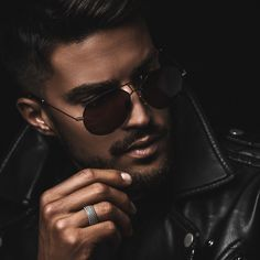 MARIANO DI VAIO MDV NEW MDV Eyewear collection is designed by Mariano Di Vaio, in collaboration with Hally&Son merging technical expertise with style in order to create timeless, iconic shapes. Each piece has been crafted by using very th Model Poses Photography, Modelling Photography, Photography Books, White Photography, Street Photography, Best Poses For Men, Good Poses, Male Models Poses, Male Poses
