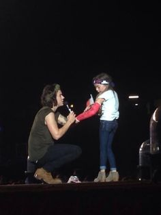 One Direction Sign Fan's Cast During Concert: And She's Dressed as Harry Styles!