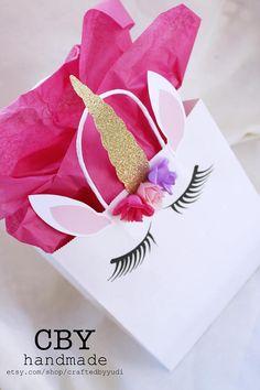 Dieses Angebot ist für (5) Einhorn Party Geschenk-Taschen - groß ** BESCHREIBUNG Jeder weiß Henkeltasche wurde eingerichtet, um aussehen wie ein Einhorn. Es ist magisch in eine zauberhafte Einhorn mit einem glitzerte Horn und Seide Blumenkrone verwandelt wurde. Diese sind sicher zu