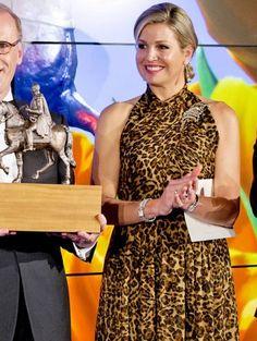 Koningin Máxima reikt Koning Willem 1 prijs uit