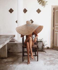 An oversized straw hat is the perfect summer vacation accessory idea Bikini Shop, Foto Picture, Jacquemus, Sunday Outfits, Photo Portrait, Foto Art, Mode Inspiration, Fashion Inspiration, Looks Cool