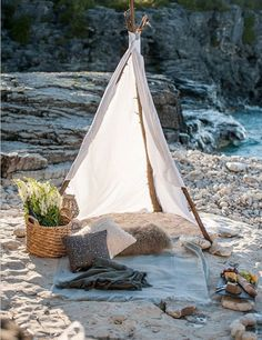 love this simple beach tent picnic idea Picnic Time, Summer Picnic, Summer Beach, Picnic Parties, Picnic On The Beach, Outdoor Parties, Romantic Picnics, Romantic Beach, Camping Sauvage