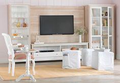 Tok&Stok Regional Romantique Além de charmoso, o painel de madeira pode ser uma boa saída para esconder a fiação da TV.