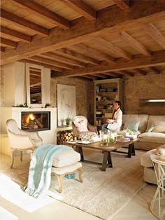 00315220. Salón con chimenea y vigas de madera con mobiliario en tonos claros_00315220