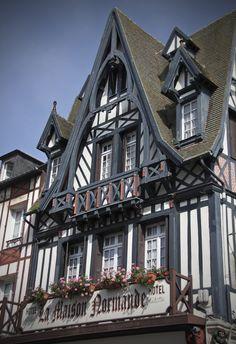 Пример отделки фасада дома пестрого цвета в фахверка стиле