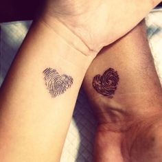 Tatouage couple original- idées pour passer sous l'aiguille sans regret Tattoo original couple- ideas to go under the needle without regret! Dad Tattoos, Neue Tattoos, Friend Tattoos, Tatoos, Tattoos Partner, Fingerprint Heart Tattoos, Tattoo Casal, Anniversary Tattoo, Couple Tattoos Love