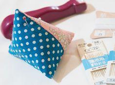 チクチク針仕事のお供、ピンクッション。お店に売ってるのは定番柄が多いけど、自分の好きな柄のピンクッションなら楽しくお裁縫ができそう。今回ご紹介するのは、10cm四方のハギレ2枚で作る、コロコロかわいい三角ピンクッション。…