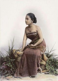 Indonesian woman in traditional Javanese kemben, c. 1900 Indonesian women formerly wore a kemben, or breast cloth. Kemben is a long narrow strip of batik cloth, tightly wound around the chest and. Indonesian Women, Indonesian Art, Vintage Photos Women, Vintage Images, Dutch East Indies, Javanese, Westerns, Studio Portraits, Yogyakarta
