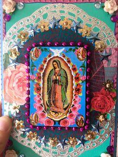 VENTE ! Était de $39 maintenant 34 $ Magnifique plaque en bois qui a été peint en turquoise, bleu ciel et rose avec beaucoup de détails de couleur vives. Je l'ai décoré cette plaque en bois rectangle dans mon style mexicain avec détail vif dynamique. Dans le centre est une belle image vintage de la Vierge Guadalupe entourée de roses. L'image est monté de sorte qu'il est légèrement 3D de la surface de la plaque. Cette pièce a beaucoup de détails de peint à la main et a été faite avec une…