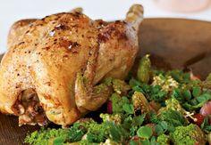 Stegt kylling er en klassiker, du ikke kan gå galt i byen med. Her får den selskab af såvel sødt og syrligt som grønt og godt fra den danske jord og skovbund, der bugner af lækre råvarer lige nu.