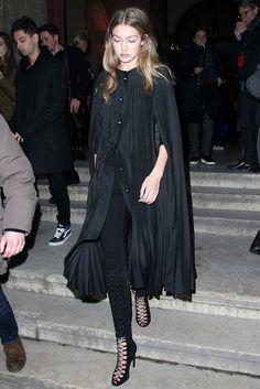 Gigi Hadid in einem schwarzen Cape von Burberry