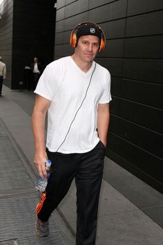 David Boreanaz heads back from his workout listening to some tunes on his head set as his family went out without him. - David Boreanaz Walks Back from the Gym Booth And Bones, Latest Gossip, David Boreanaz, Going Out, Hollywood, Actors, Workout, Walks, Seal