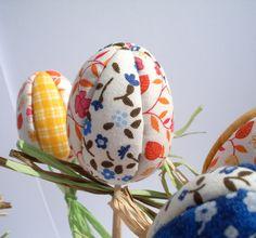 Vajíčko+či+tulipán?+Vajíčko+(tulipán)+z+polystyrénu+zdobené+látkou,+technikou+nešitého+patchworku.+Vajíčko+(tulipán)+je+napíchunuté+na+špejli+ozdobené+lýkem.+Krásná+jarní+dekorace,+kterou+si+můžeme+umístit+na+stůl+do+vázičky,zapíchnout+do+květináčů+s+osivem+či+vajíčko+lehce+sundáme+ze+špejle+a+umístíme+do+ošatky.+Velikost+vajíčka+je+cca+6+cm,+celková+...