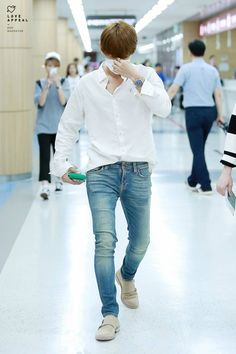 """Baekhyun look so damn manly and cool in this pictures 😍"" Fashion Idol, Kpop Fashion, Korean Fashion, Fashion Outfits, Airport Fashion, Style Fashion, Baekhyun, Exo, Laura Lee"