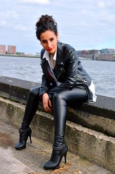 Sexy Women In Tight Clothes Shiny Leggings, Leggings Are Not Pants, Leather Trousers, Leather Leggings, Pumps, Heels, Hot Brunette, Leather Dresses, Looks Cool