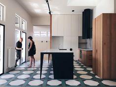 101 отметок «Нравится», 4 комментариев — Signorino Tile Gallery (@signorinotilegallery) в Instagram: «Belmont House by @kennedy_nolan featuring our Igattipardi tiles. Bold and beautiful. #signorino…»