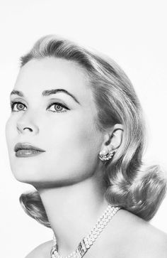 Grace Kelly - Hollywood star become Princess Grace of Monaco in 1956 when she married Prince Rainier Hollywood Icons, Old Hollywood Glamour, Golden Age Of Hollywood, Vintage Hollywood, Hollywood Stars, Hollywood Actresses, Classic Hollywood, Hollywood Makeup, Moda Grace Kelly