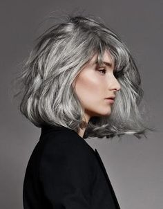 Cheveux : mieux que le blond, le gris Medium Hair Styles, Curly Hair Styles, Hair Medium, Grey Hair Styles For Women, Gray Hair Highlights, Natural Highlights, Silver White Hair, Grey Hair Inspiration, Salt And Pepper Hair