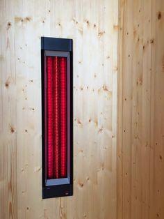 Rotlichtstrahler und Rotlichtlampen werden seit über 120 Jahren als Therapiestrahler eingesetzt. Sie fördern die Durchblutung und Sauerstoffversorgung der Muskulatur und lösen so Verspannungen.  Im Bild Rotlichtstrahler Infrarotmed in einer Infrarotkabine mit Tiefenwärme.  By Gurtner Wellness GmbH  Made in Austria   ROT