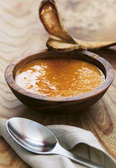 Bagt gulerodssuppe med tyndskåret, ristet brød. Find opskriften her: http://www.madogbolig.dk/Opskrifter/GRONT%20og%20TILBEHOR/Bagt%20gulerodssuppe.aspx