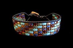 Schwarz Lederarmband Wrap mit bunten halbe Tila Beads von beadbound