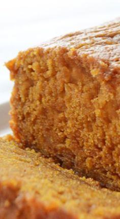 Moist Pumpkin Bread - see what is the trick to keeping it super moist! Best Pumpkin Bread Recipe, Starbucks Pumpkin Bread, Healthy Pumpkin Bread, Pumpkin Loaf, Pumpkin Dessert, Pumpkin Recipes, Pumpkin Carving, Cheese Pumpkin, Pumpkin Painting
