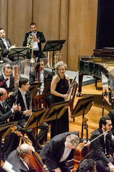 Maria Fernanda Gonçalves, corne-inglês da OSB, recebe os aplausos do público no Theatro Municipal. (Foto: Cicero Rodrigues) Claude Debussy, Dj, Concerts, Photos